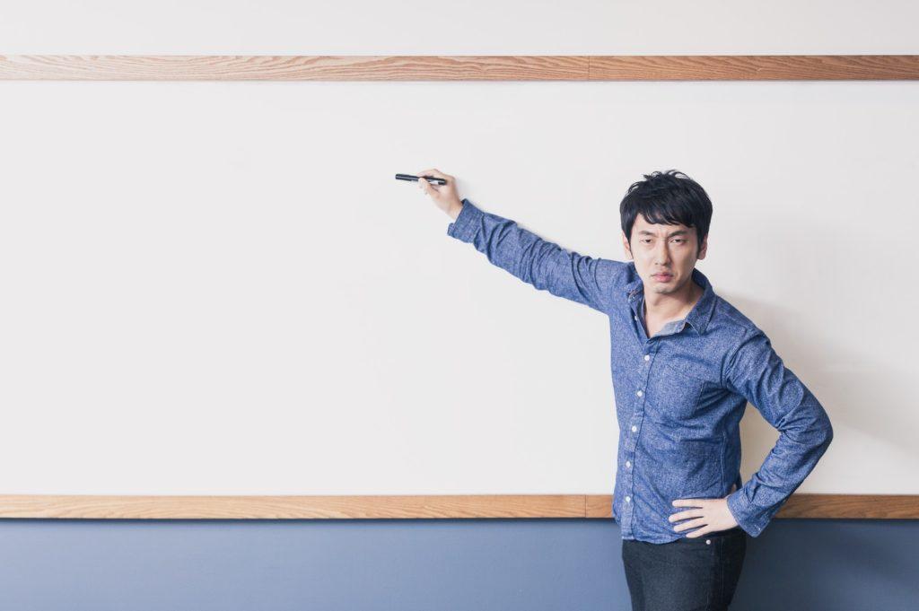 試験対策をする講師
